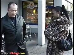 ragazza africana prelevata dalla strada