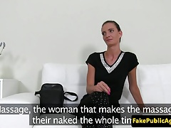 Una ragazza in casting si masturba con un agente