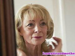 Cum liebende Oma genießt den Schwanz lutschen