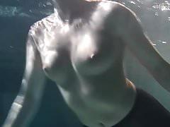 Lozhkova à voir à travers des shorts dans la piscine