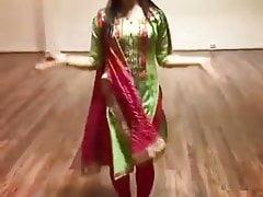 Wunderschöner Tanz von sexy Babe auf Hindi-Lied