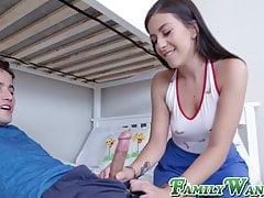 Teen cutie seduce il suo stepbro e assaggia il suo sperma succoso
