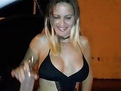 Angelica mamuśki sexy pokazując swój dekolt w samochodzie