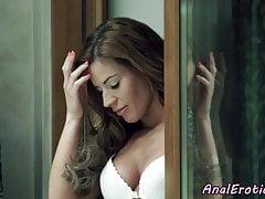 Anale liebende Schönheit, die ihren Mann dickriding