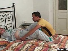Verletzte alte Oma wird von einem jungen Schwanz geheilt