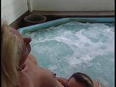 Filles mangent dehors chatte dans la baignoire