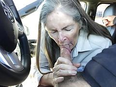 Babcia ssie samochód