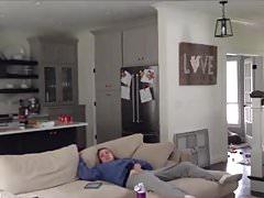 Ukryty maszt żony na kanapie