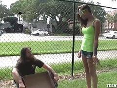 Sasha Foxxx Superb handjob pro bezdomovce