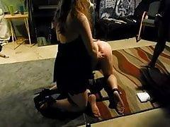 Frau bestraft ihn mit einem Stier