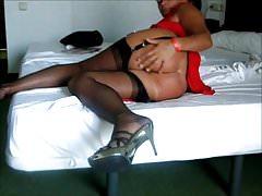 W łóżku w czerwonej spódnicy moje nylonowe pończochy FF i pas do pończoch.