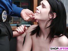 Teen Ivi bekommt großen Schwanz für Ladendiebstahl