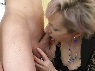 角質成熟的媽媽被年輕男孩性交