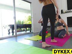Lesbian Yoga Babe kennt die richtigen Positionen