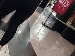 Blonde spandex ado en centre commercial
