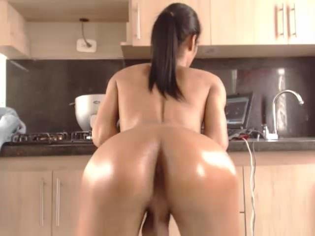 Телочка мастурбирует перед зеркалом