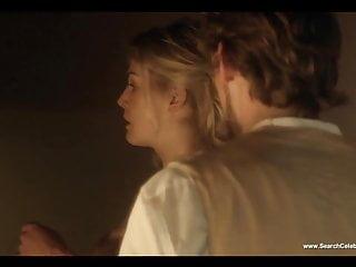 羅莎蒙德派克裸體場景中的女人愛上了高清