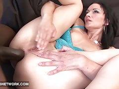 Roug Sesso interrazziale tra una ragazza sexy e un ragazzo nero