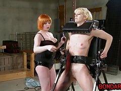 Chubby lesbianas azotes y consoladores el coño de su esclavo