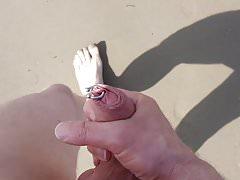 Masturba nuda davanti a una strana donna sulla spiaggia ...