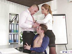Un beau mec tatoué baise un mec devant une dame en mmf