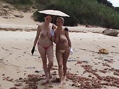 2 Mädchen mit tollen Titten gehen am Strand spazieren