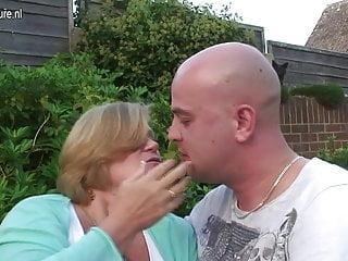 英國奶奶在她的花園裡被年輕男孩性交