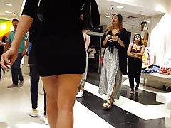 Szczery podglądacz gorąca dziewczyna w obcisłej sukience zakupy na obcasach