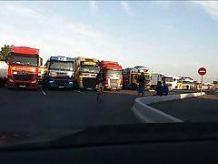 kurwa pozująca dla kierowców ciężarówek