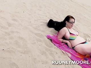 渴望deluca bbw比基尼在海灘吮吸和他媽的