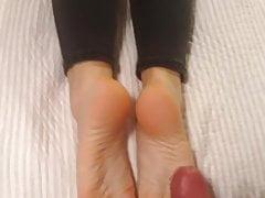Ella usa sus pies sexy