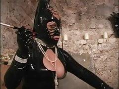 Maskovaná paní s držákem cigaret