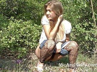 毛茸茸的女人里亞納喜歡她在外面散步