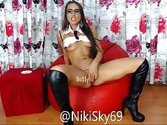 Niki Sky se frotte la chatte bien