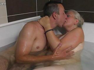 成熟的蕩婦媽媽帶著公雞在浴缸裡