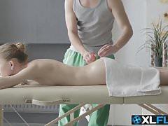 Słodka blondynka przychodzi na masaż i ciężko się boli