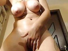 Busty mit Cellulite zeigt nackt