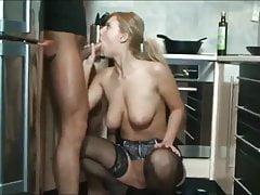 sorellastra procace in lingerie si fa bella forata in cucina