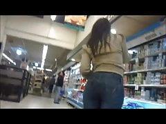 Seksowna PAWG w obcisłych dżinsach w centrum handlowym