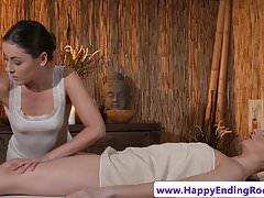 Euro euro oliata con dita da massaggiatrice lesbica