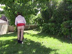 Diana fait la coquine dans son jardin | Porn-Update.com