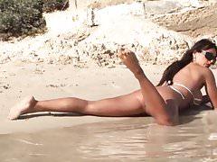 Seksowna laska z powrotem w mikro bikini