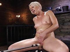 Fit Blonde MILF a l'esprit souffle des orgasmes