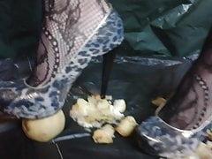 Lady L schiaccia mele con tacchi a spillo leopardati