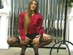 Sexy brunetka s pevným zadkem šíří čistou kundičku