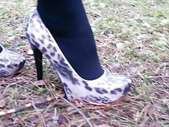 Lady L mit Leoparden High Heels.