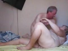 stara para w łóżku
