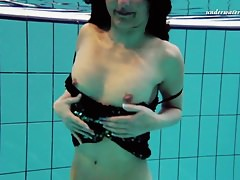 Gorący tinnie w basenie wiruje wokół