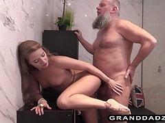 Viking Opa fickt seine geile jugendliche Nichte von hinten