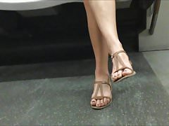Candid Woman Feet (faceshot)